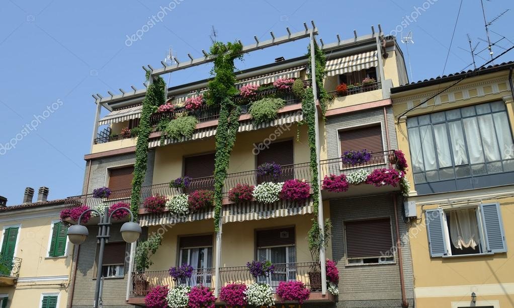 Casa Con Balcones Y Flores Fotos De Stock C Luciopepi 27822335 - Fotos-de-balcones-con-flores