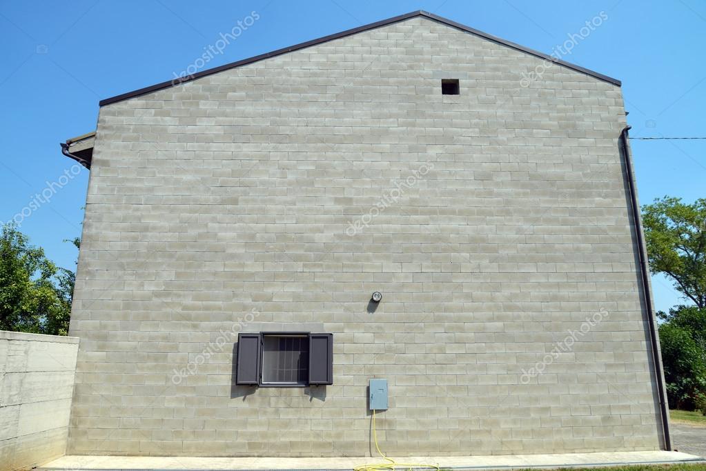 Facciata della casa costruita con blocchi di cemento for Semplici piani di casa in blocchi di cemento