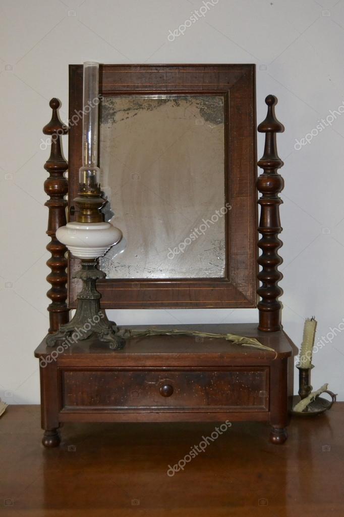 Specchio antico dal cassetto del com per trucchi foto for Specchio antico rovinato