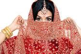 krásná mladá indická nevěsta v tradičním oblečení svatební make-up a šperky. nádherná brunetka nevěsta tradičně oblečený