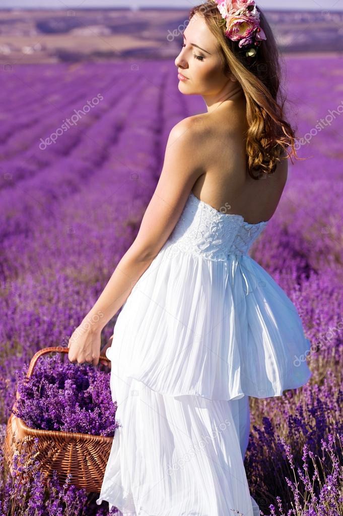 hermosa novia en el día de boda en el campo de lavanda. mujer recién ...