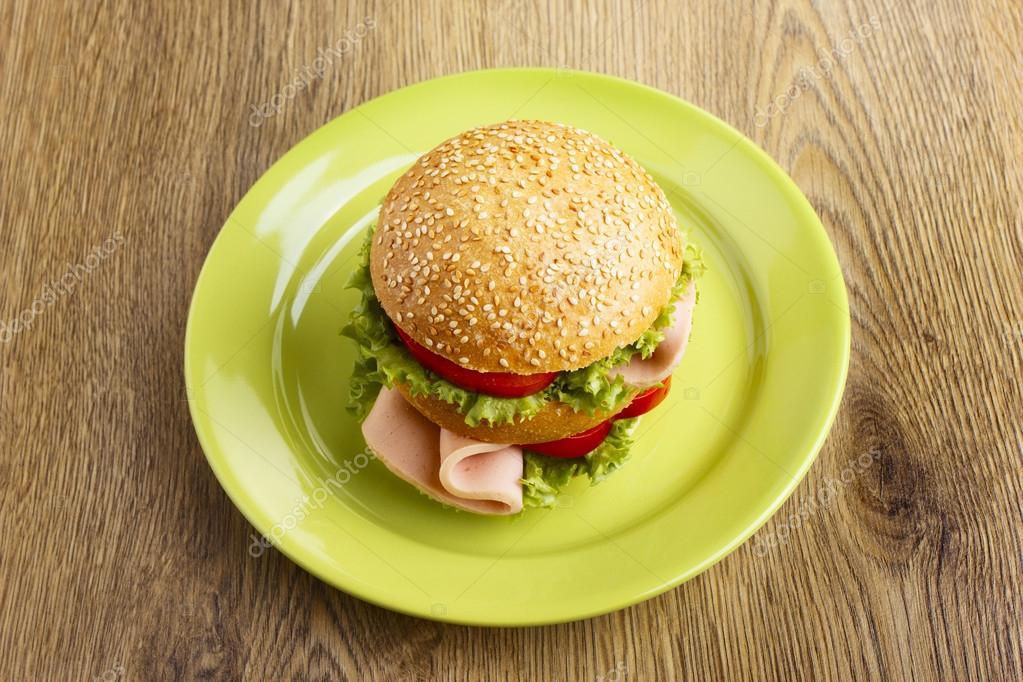 burger auf gr ner teller stockfoto valengilda 23853999. Black Bedroom Furniture Sets. Home Design Ideas
