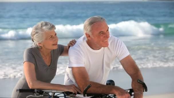 Видео ролики бесплатно женщин в возрасте на пляже фото 224-742