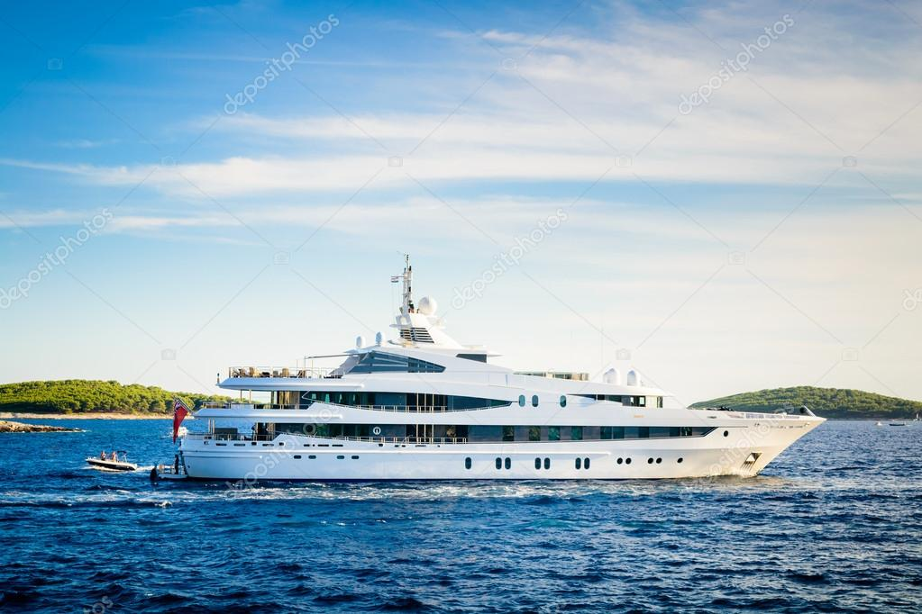 Luxury yacht anchored in a beautiful bay in the Adriatic Sea und