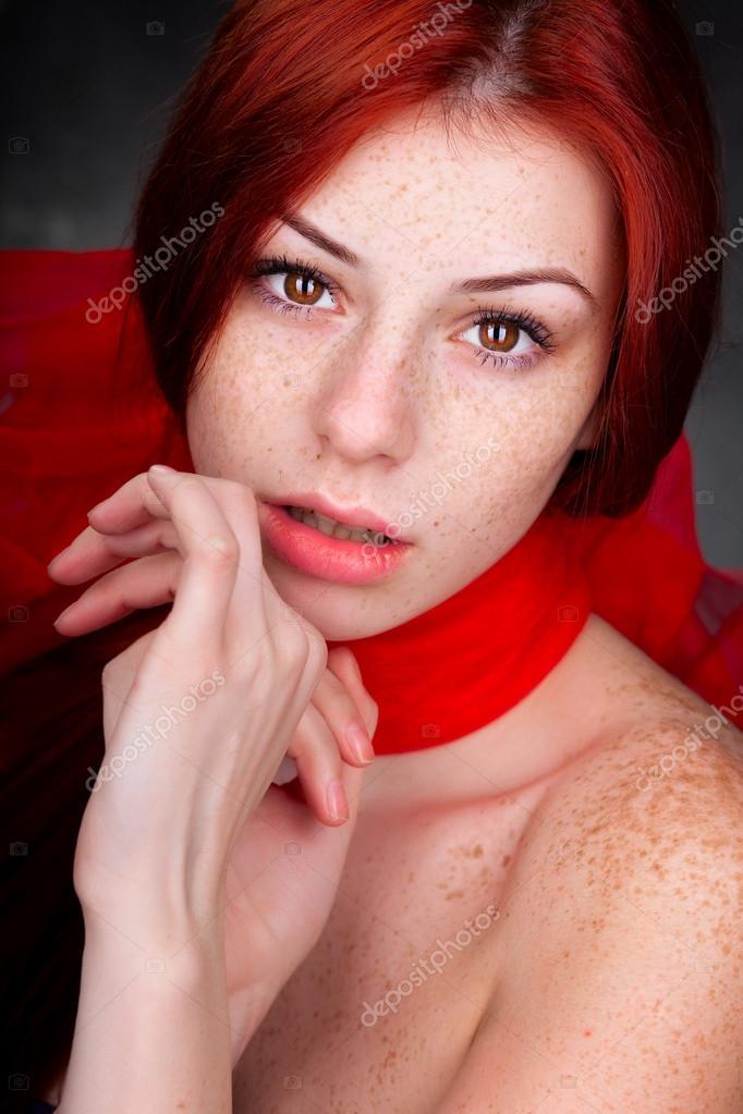 2e5a4808d29c4 schöne frau posiert im studio — Stockfoto © matusciac  21436911