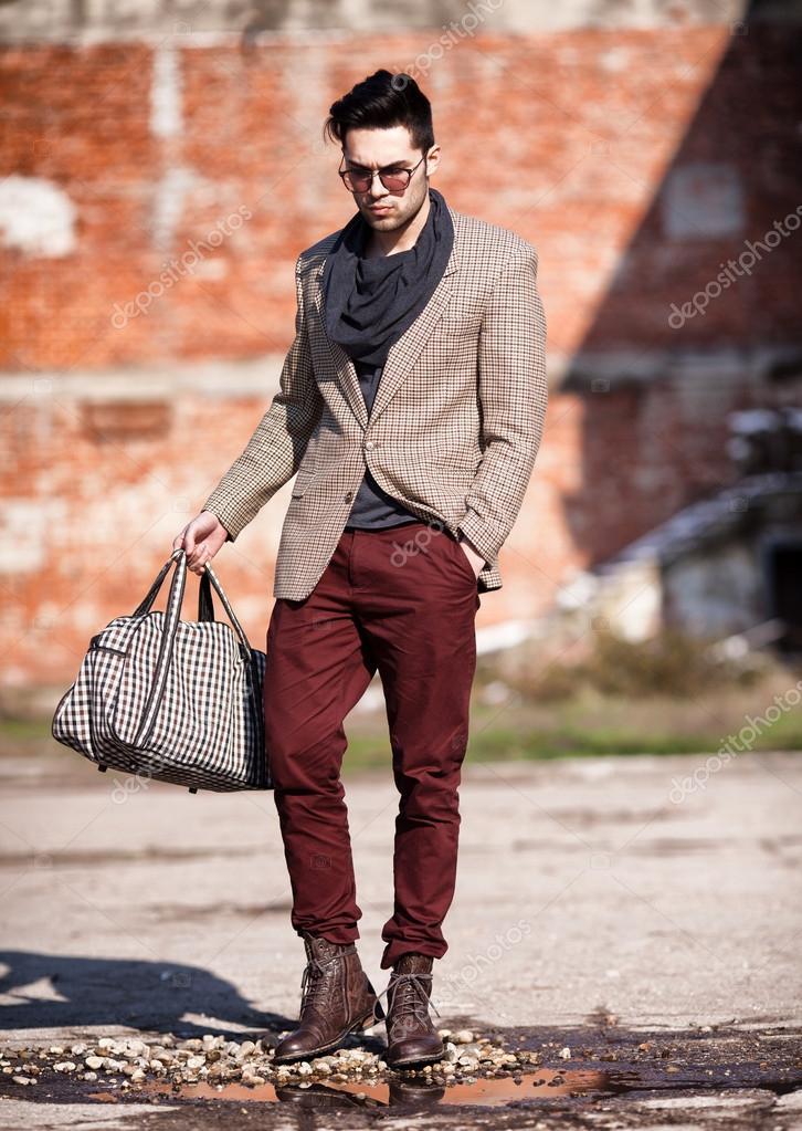 Fabulous sexy mannequin homme habillé élégant tenant un sac posant outd  IR32