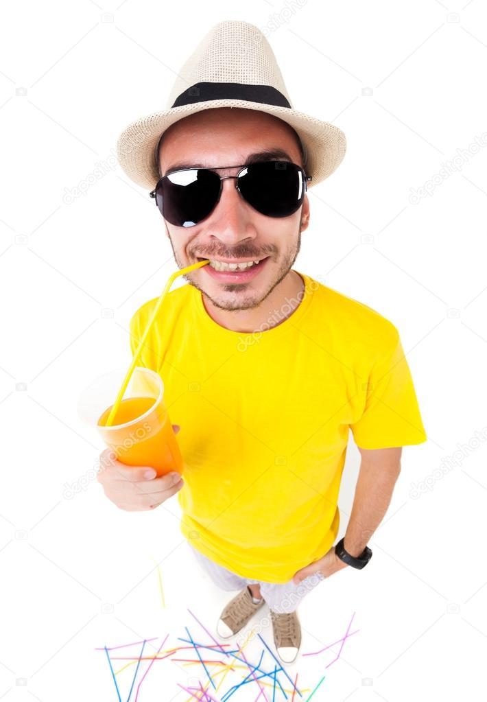hombre divertido beber jugo usando gafas de sol dbb1bafe4271