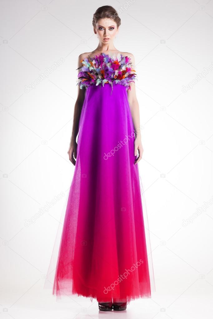 lowest price e9e72 a4876 Modello donna bella in posa in abito lungo colorato con ...
