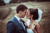 Fényképek Menyasszony és a vőlegény esküvői portrék a természetben