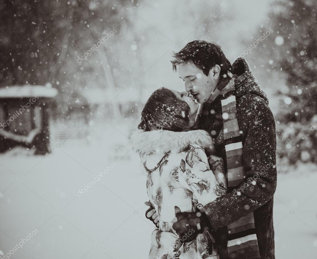 Giovane Coppia A Baciarsi Sulla Neve Bianco E Nero Foto Stock