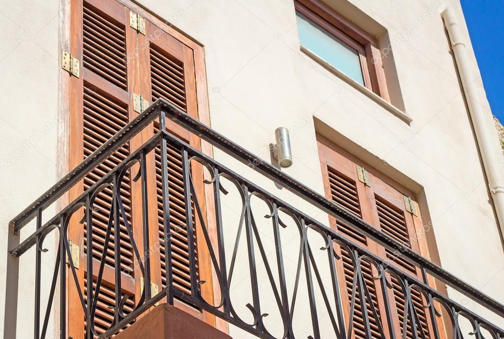 fragment einer fassade eines hauses mit einem balkon und jalousien aus t stockfoto. Black Bedroom Furniture Sets. Home Design Ideas
