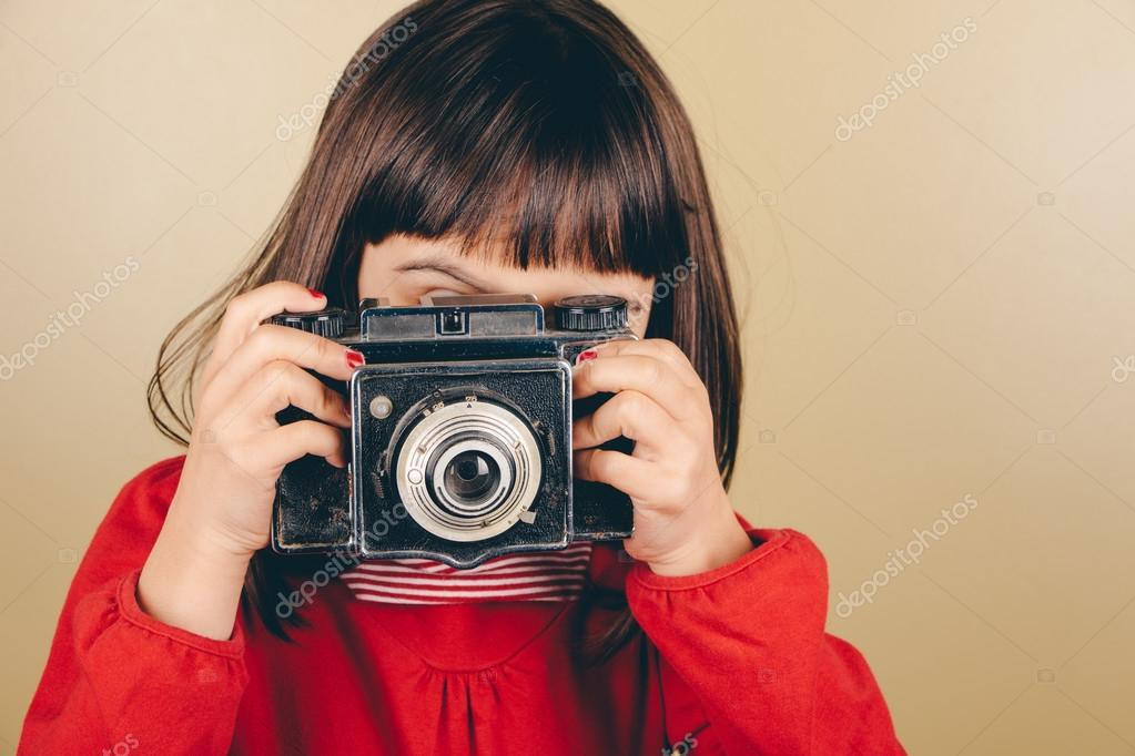 Kleine retro fotograf mit einer alten kamera u2014 stockfoto © asife