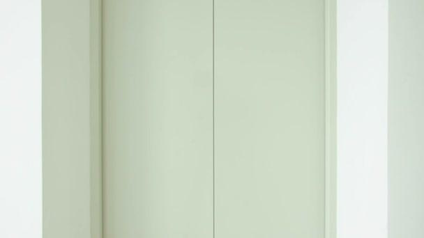 Výtah nebo otevření dveří výtahu