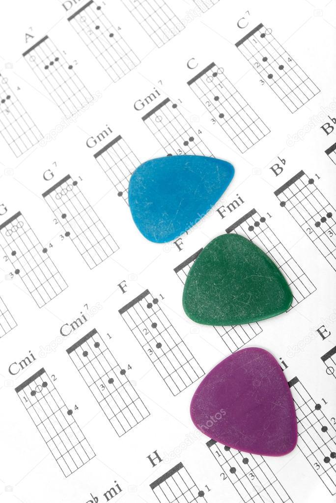 bunte Gitarre nimmt in einem Diagramm Akkorde — Stockfoto ...