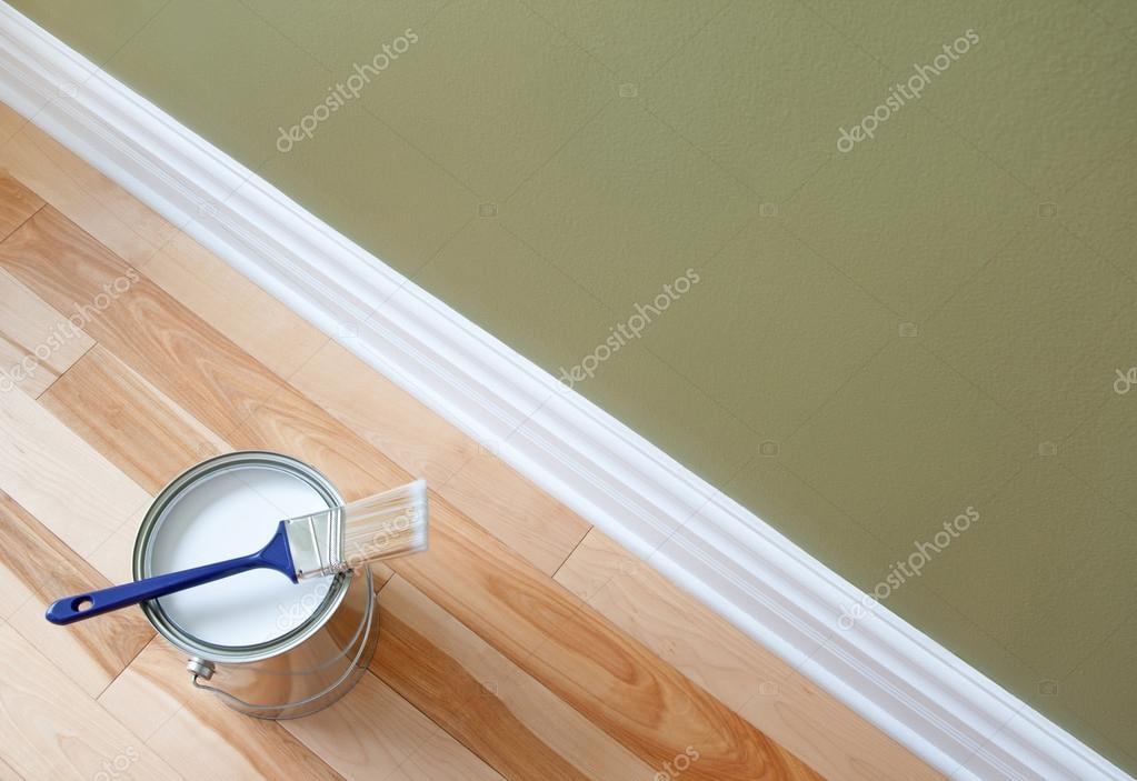 Pinsel und ein offener kann weißer Farbe auf Holzfußboden ...