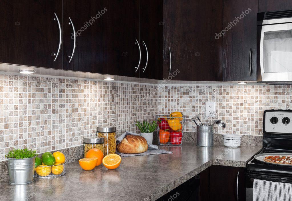 moderne Küche mit Lebensmittelzutaten auf Arbeitsplatte — Stockfoto ...