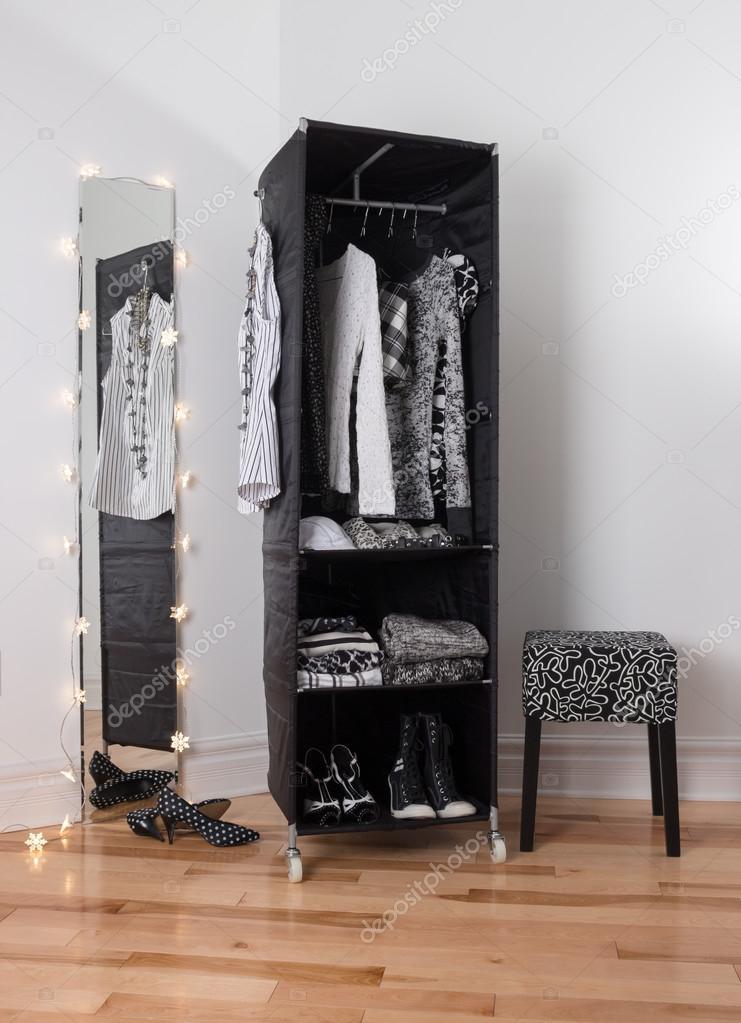 Spiegel und mobilen Kleiderschrank mit Kleidung — Stockfoto ...