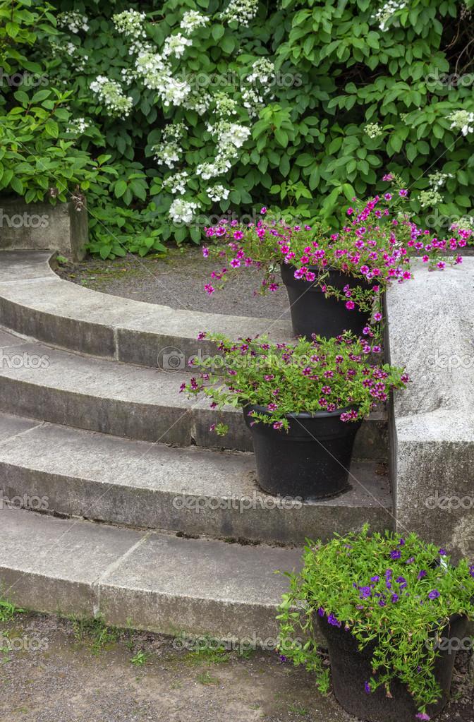 decoracin de escaleras de piedra en un jardn de macetas u foto de stock