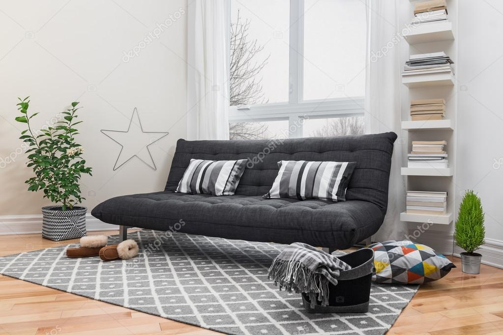 Geräumiges Wohnzimmer Mit Grauen Sofa Und Moderne Einrichtung U2014 Foto Von  GoodMoodPhoto