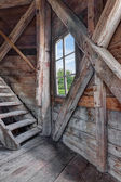 Fotografia interno di una casa abbandonata in legno con scala