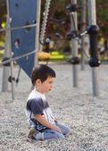 solitario bambino annoiato