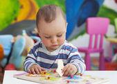 Fotografie batole dítě hraje s puzzle