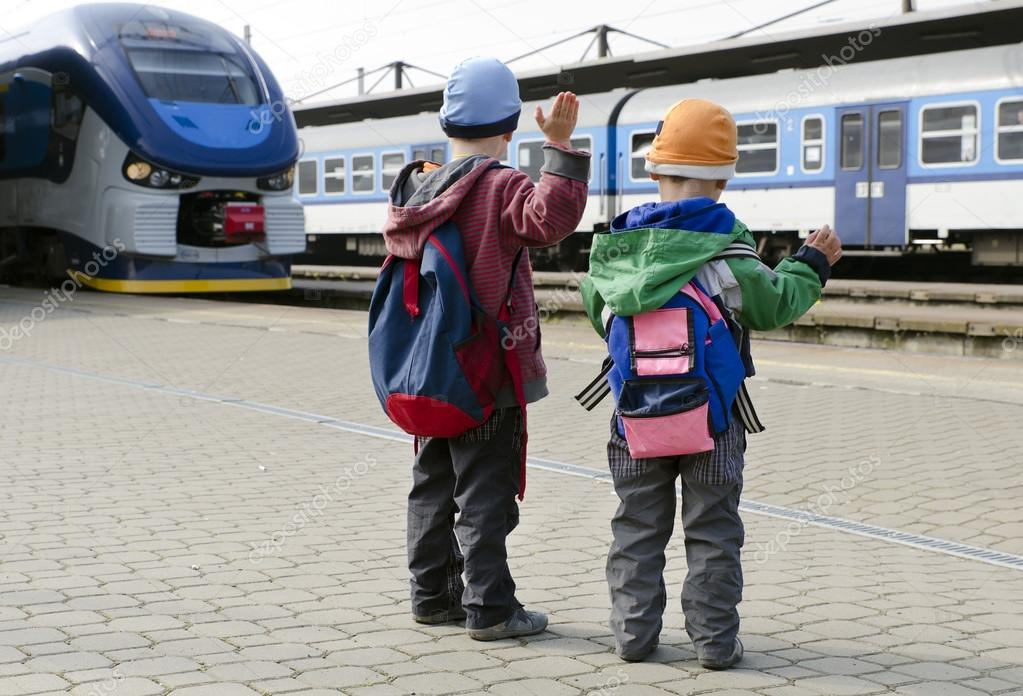 Картинки по запросу діти на вокзалі
