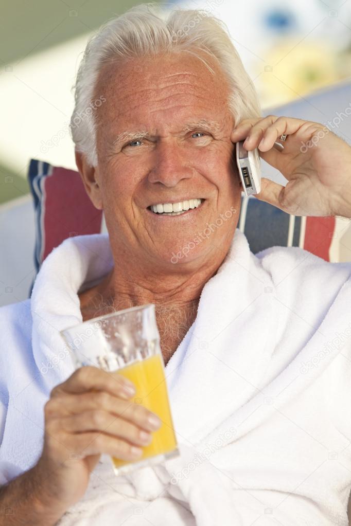 Bel Homme Senior Parler Sur Telephone Portable Boire Des