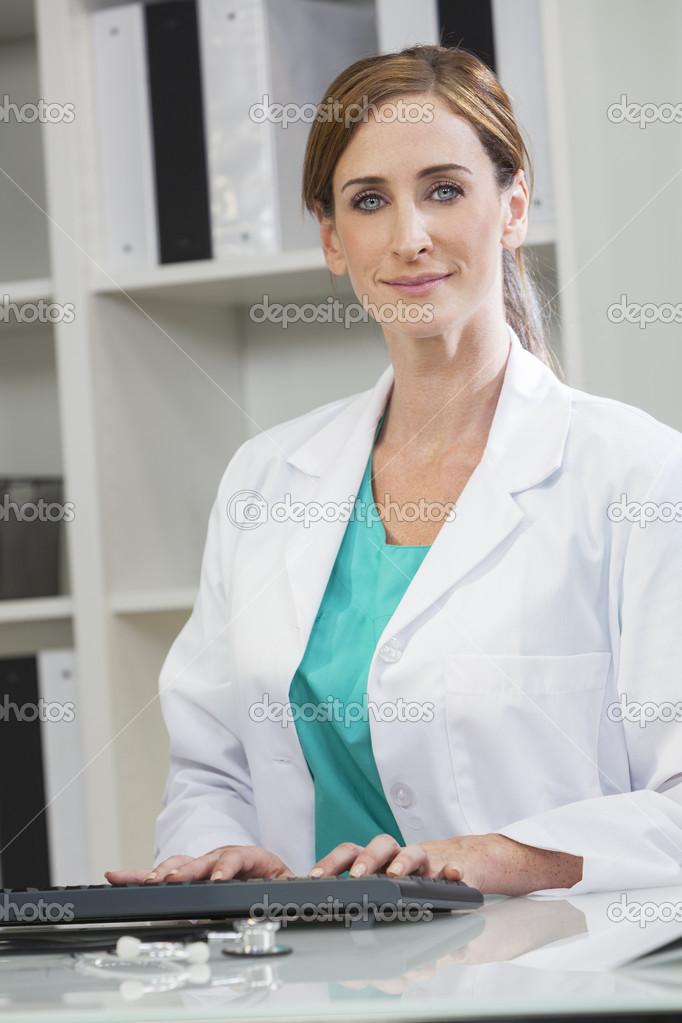 Kvinna kvinnliga läkare använder dator sjukhus-kontoret — Foto av  spotmatikphoto 322b420a3673b