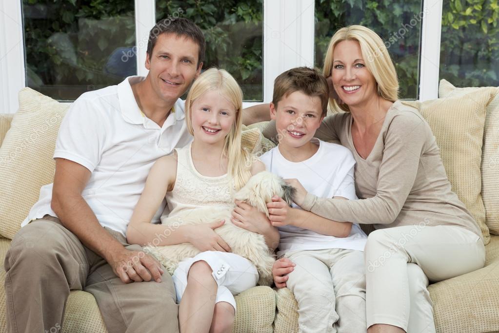 famille heureuse s 39 amuser assis la maison avec chien photographie spotmatikphoto 21643501. Black Bedroom Furniture Sets. Home Design Ideas