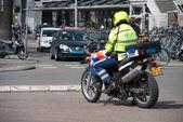 policejní důstojník dohlíží