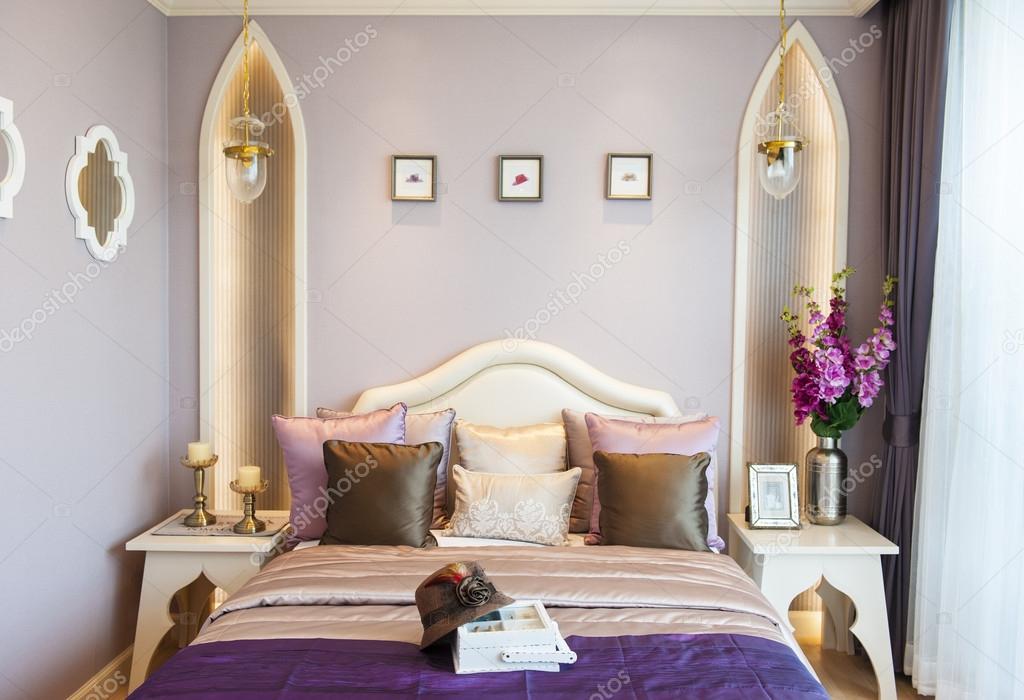 Luxe Paarse Slaapkamer : Slaapkamer suite met paarse kleur u stockfoto brostock