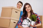 junges Paar zieht in seine Wohnung ein