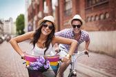 boldog pár kerékpározás a városban