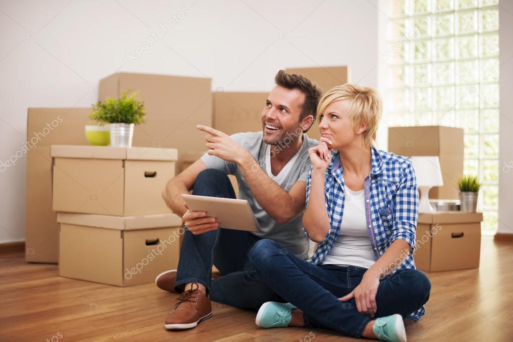 Paar denken over decoratie in nieuwe huis u stockfoto