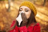 žena kýchání