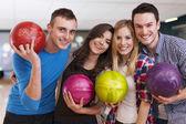 Fotografie přátelé v bowlingu alle