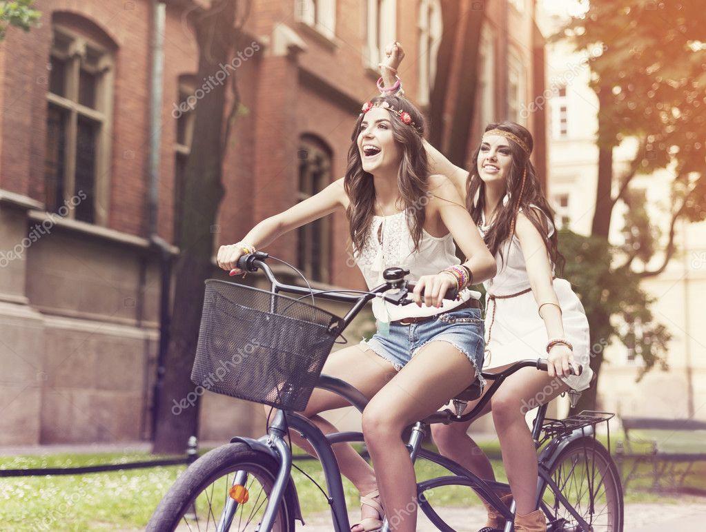Imagen De Niña Andando En Bicicleta: Mujeres Felices Hippie Montar A Caballo