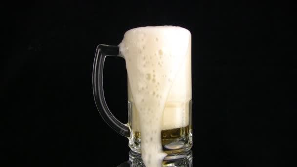 pivo se pomalu přelije přes okraj hrnku