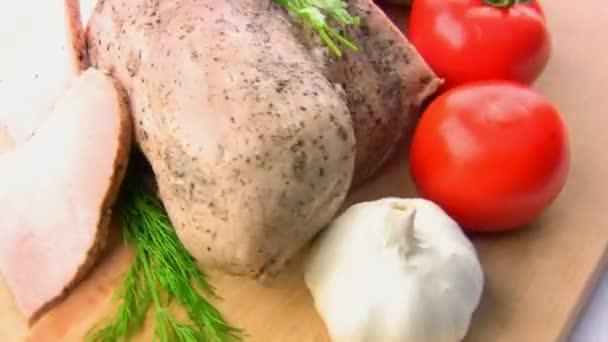 klobásy, rajčata, bylinky, česnek