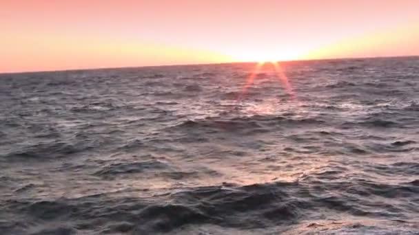 rozstřik vln při západu slunce