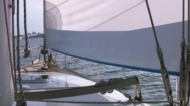 přídě jachty