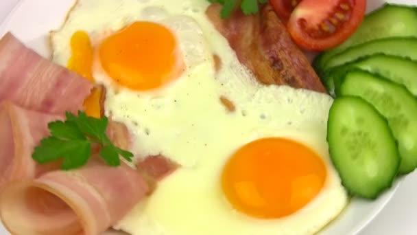 talíř se smaženými vejci. detail