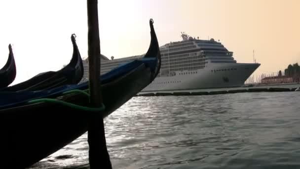 gondola és tengerjáró hajó