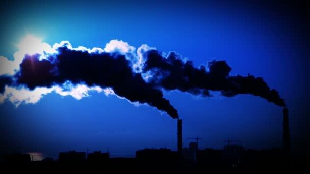 kouř z rostlin potrubí. tmavě modré pozadí oblohy