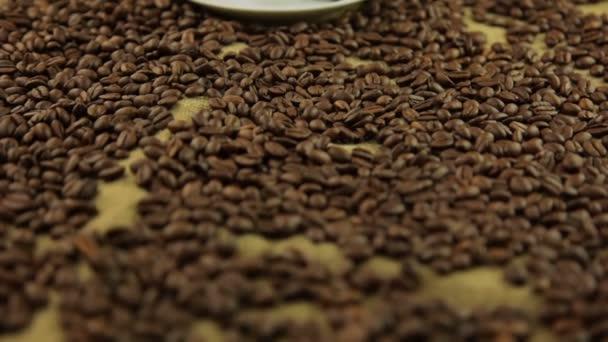 pára z šálku kávy