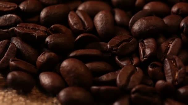 Kaffeebohnen und Sackleinen. Makro