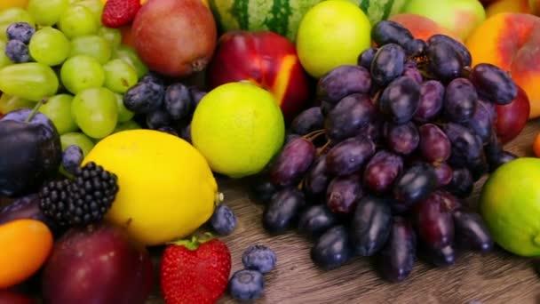 különböző bogyók és a gyümölcsök. közeli kép: