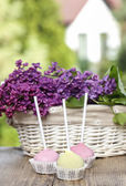 Fényképek Pasztell színek torta durran a fából készült asztal. Friss lila virágok