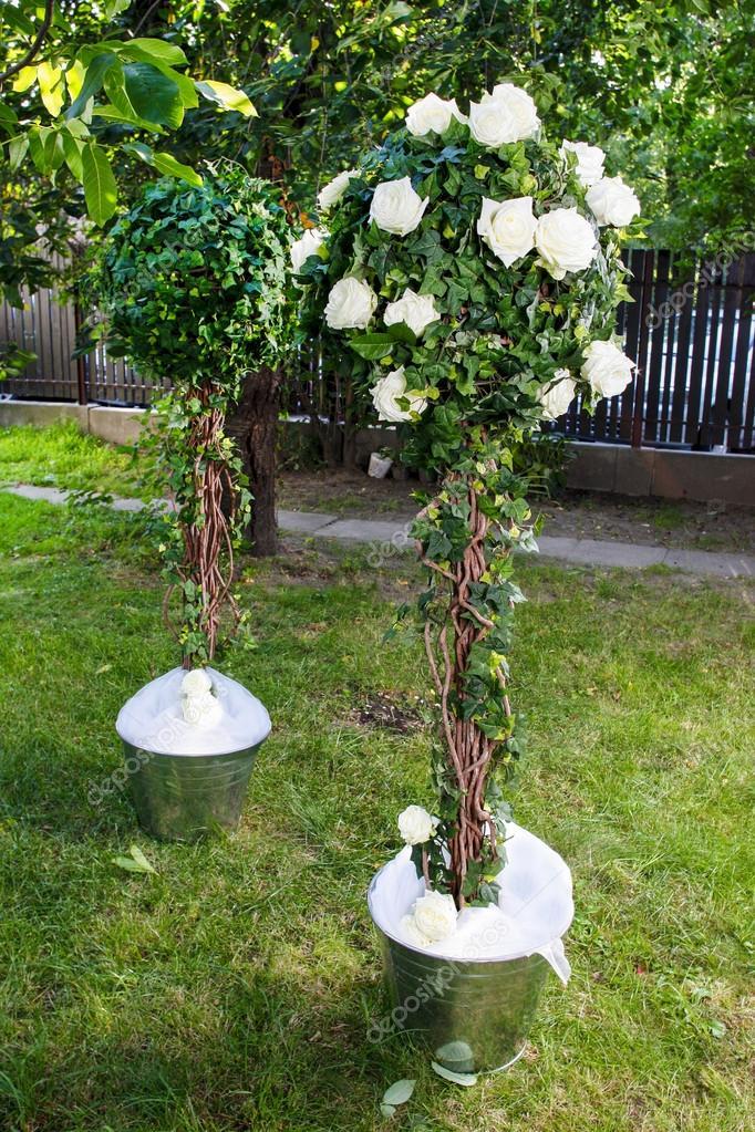 superbe dcoration de mariage dans le jardin dcor de fte en plein air photo